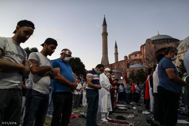 Erdogan török elnök támogatói imádkoznak az egykori bizánci ortodox Hagia Szophia-székesegyház előtt 2020. július 10-én.