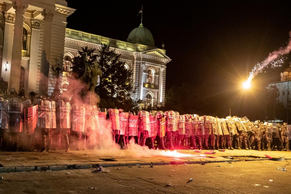 A parlamentet ostromolták a tüntetők Belgrádban, többen megsérültek