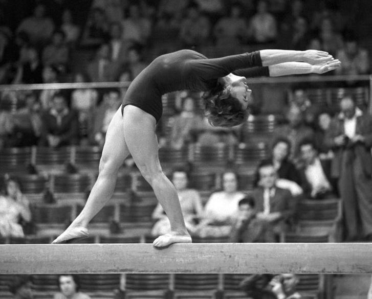1959. augusztus 29. Tass Olga, a gerendagyakorlat győztese a Magyarország - Lengyelország nemzetek közötti tornászviadalon a Sportcsarnokban