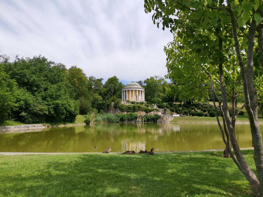 A Leopoldina-tó és -templom a kastélykertben.