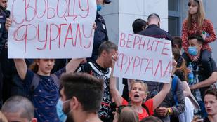Ezrek tüntettek a gyilkosság vádjával őrizetbe vett kormányzóért Habarovszkban