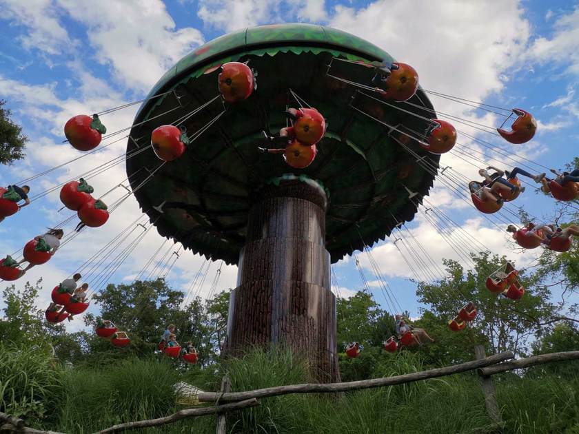 Az almakörhinta az egyik legszebb látványosság a Familyparkban.