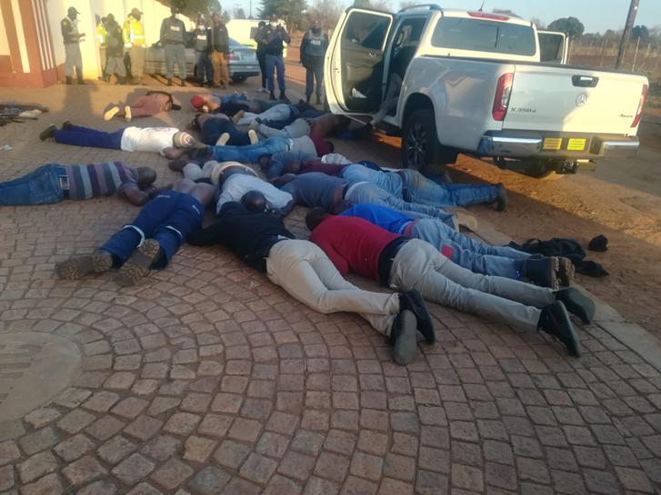 Rendőrségi fotó a földön fekvő gyanúsítottakról.