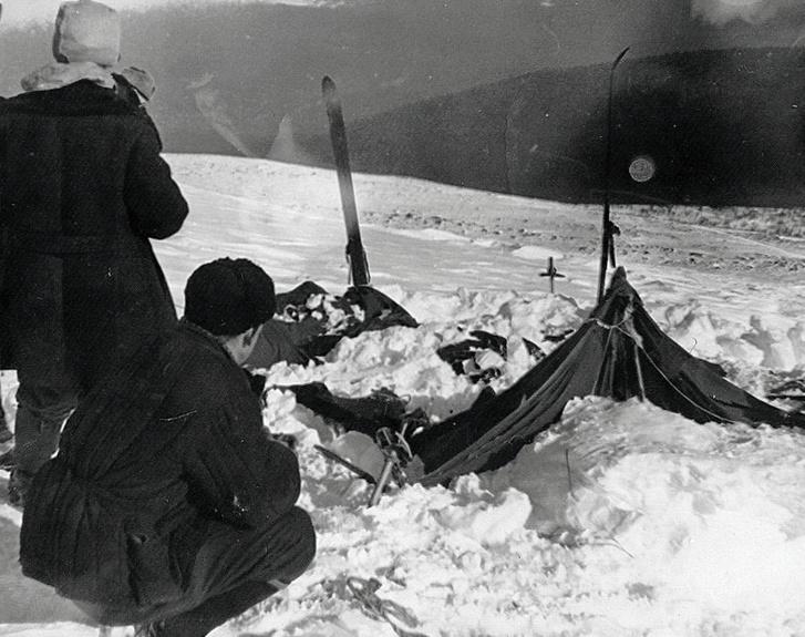 A csoport összeroncsolt sátra, amielyet az esemény után több mint három héttel fedeztek fel.