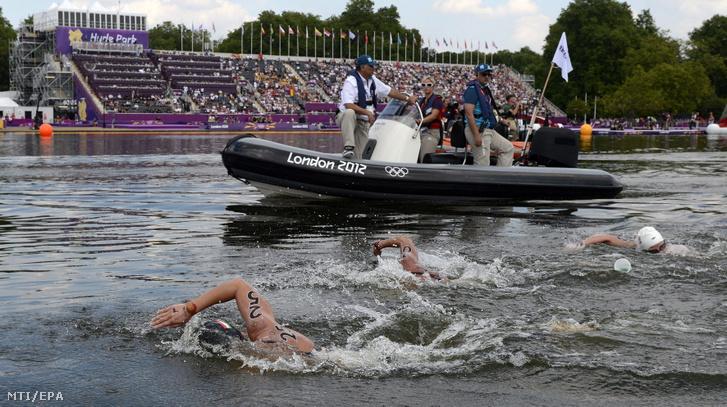 Risztov Éva (b 25-ös számmal) versenyez a célegyenesben a nyílt vízi úszók 10 km-es számában a 2012-es londoni nyári olimpián a Hyde Parkban 2012. augusztus 9-én.