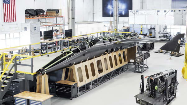 Az összeszerelés alatt álló XB-1 prototípus.