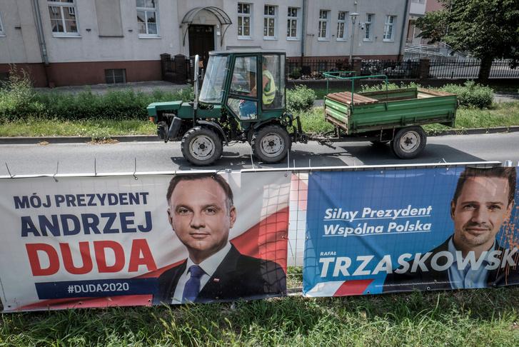 A két elnökjelölt választási plakátja a lengyelországi Lesznóban.