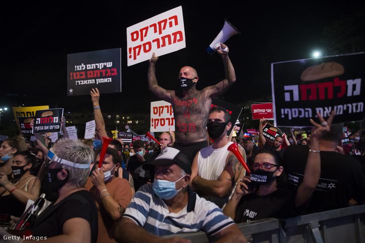 Izraeliek ezrei tiltakoznak Tel-Avivban 2020. július 11-én.