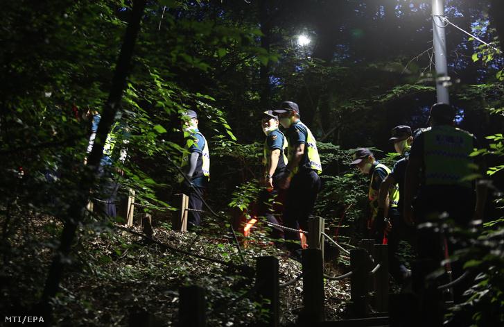Rendőrök kutatnak az eltűnt szöuli polgármester után 2020. július 9-én.