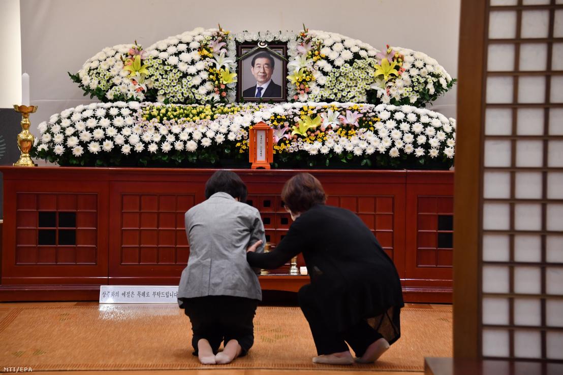 Gyászolók leróják kegyeletüket Pak Vonszun szöuli polgármester emléke előtt a dél-koreai főváros egyetemi kórházában 2020. július 10-én.