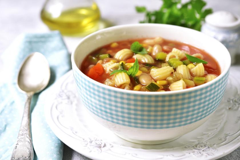 Klasszikus nyári minestrone leves jól behűtve: igazi olasz recept alapján