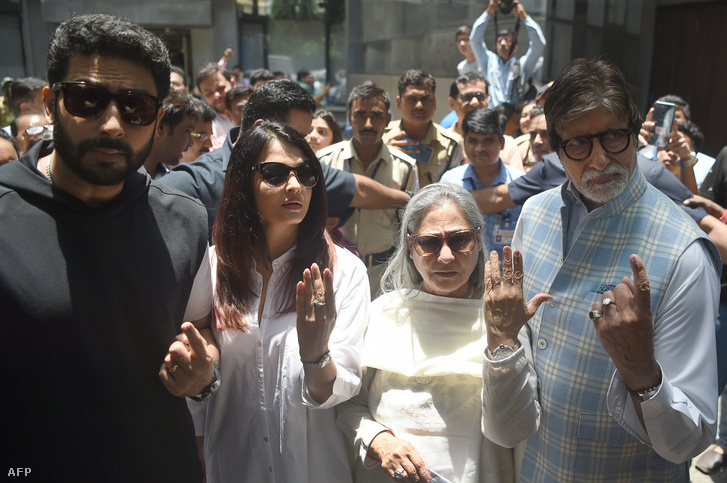 Balról jobbra: Abhisek Bachchan, Aishwarya Rai-Bachchan, Jaya Bachchan és Amitabh Bachchan, miután leadták a szavazatukat a 2019-es választásokon Mumbaiban.