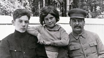 Sztálin unokája egy széttetovált amerikai punk