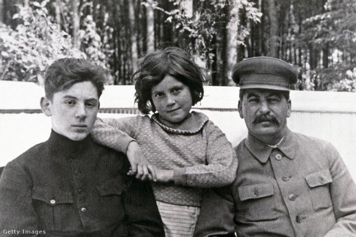 Sztálin (jobbra) gyermekeivel, Vaszilij (1921-1962) és Szvetlánával (1926-2011) a Szovjetunióban 1935 júniusában