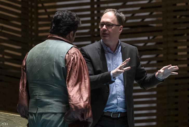 Káel Csaba rendező (jobbra) instruál Giacomo Puccini Lidércek/Krizantémok című operájának próbáján a Müpában 2019. március 29-én