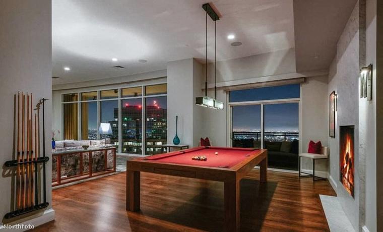 Perry a 2010-ben épült Century luxusfelhőkarcolóban vásárolt lakását tavaly még 35 millió dollárért (10,8 milliárd forintért) árulta, idén viszont már csak 27 milliót (8,4 milliárd forintot) kér érte.