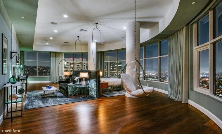 Egyébként közel sem Matthew Perry az egyetlen sztár, aki nem tudja eladni luxuslakását, Tommy Lee is áron alul próbál megszabadulni otthonától