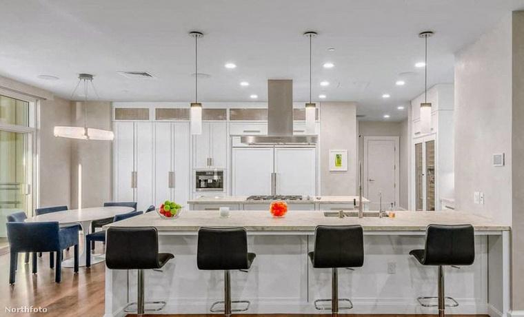 Bár a konyhája hófehér, a szobák többsége világoskék színű, a mennyezetet pedig pasztell zöldre festették.