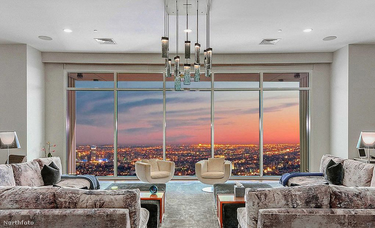 A lakás talán legelőnyösebb tulajdonsága, hogy csodálatos panorámája van, szinte egész Los Angelest látni az óriási ablakokon keresztül