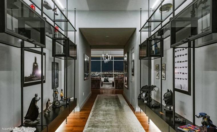 A 930 négyzetméteres lakásnak alakja két félholdat mintáz, az egész szintet betölti, összesen négy hálószoba van benne
