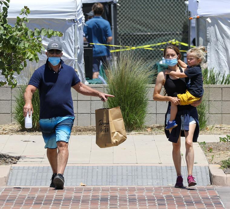 Amíg a 64 éves színész a bevásároltakat ragadta magához, addig Ross a kisfiukat nyalábolta fel a gyorsabb célba érés jegyében.