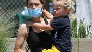 Mel Gibson és 34 évvel fiatalabb barátnője sétáltak egyet kisfiukkal