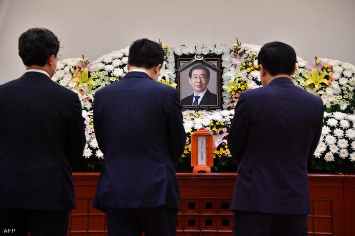 Gyászolók Pak Von Szun néhai szöuli polgármester megemlékezésén a dél-koreai főváros egyetemi kórházában 2020. július 10-én.