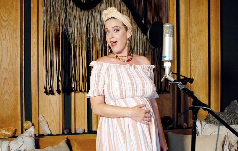 Ahogy azt sejteni lehetett, Katy Perry nem szégyenlősködik terhességével kapcsolatban, sőt, a lehető legfeltűnőbb módon közölte a hírt rajongóival, ésgyerek nemétis elég rendhagyó módon közölte párjával, Orlando Bloommal együtt.