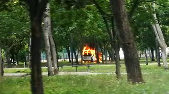 Teljes terjedelmében égett egy fehér furgon a Pillangó utcánál