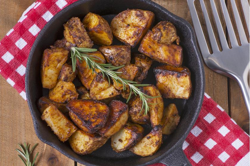 Pirosra sült, ropogós burgonya tepsiben sütve – Fokhagymás-fűszeres olajjal meglocsolva a legfinomabb