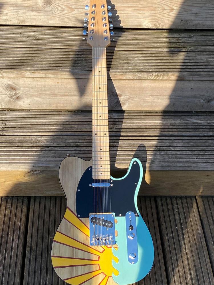 És ez is egy eléggé látványos gitár, ami az utóbbi hetekben nyerte el rendhagyó külsejét.