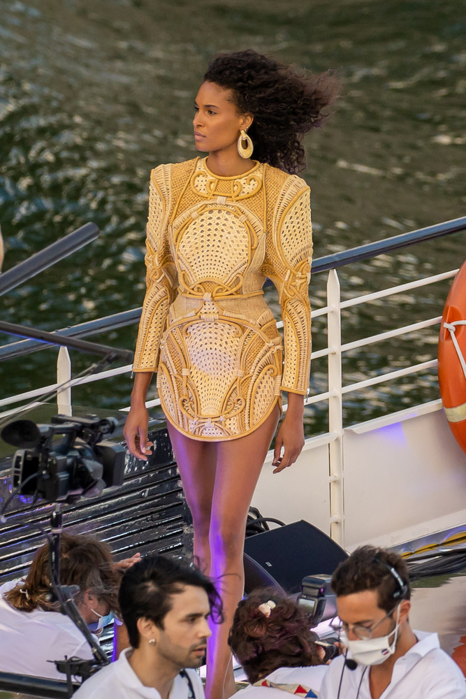 A 25 éves francia modellnek szó szerint a vérében lehet a divatszakma, ugyanis nem zavartatta magát profi fények vagy hangos kattanások hiányában, és olyan beállásokat produkált, amivel akár árulni is lehetne a ruhát, amit viselt.