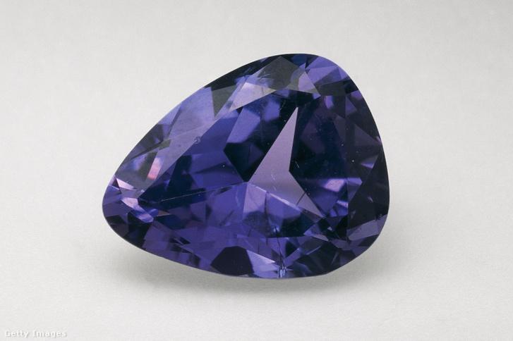 Egy csiszolt tanzanit kristály