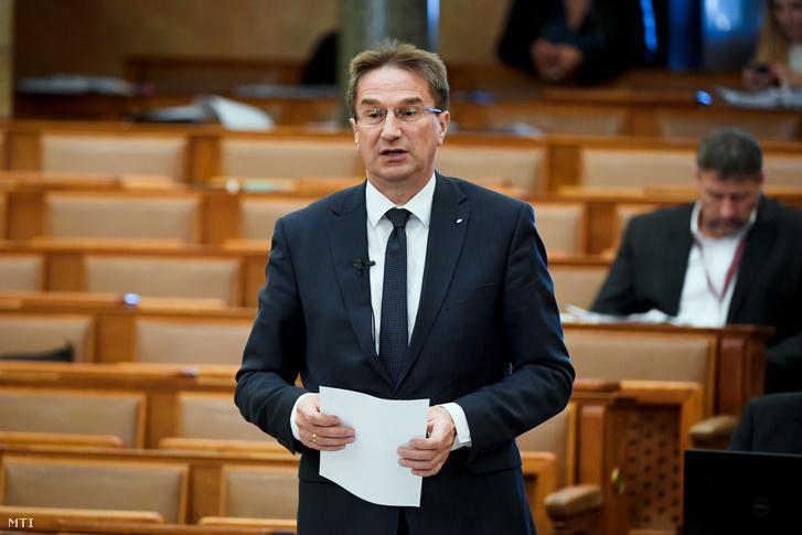Völner Pál az Igazságügyi Minisztérium parlamenti államtitkára az Országgyűlés plenáris ülésén 2020. április 6-án.
