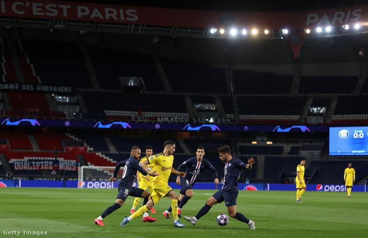 A Borussia Dortmund és a Paris Saint-Germain játékosai az üres párizsi Parc des Princes stadionban a labdarúgó Bajnokok Ligája nyolcaddöntőjének visszavágójában 2020. március 11-én.