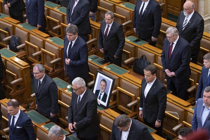 A közlekedési balesetben július 10-én elhunyt Koncz Ferencre a Fidesz képviselőjére emlékeznek az Országgyűlés plenáris ülésén 2020. július 13-án.