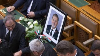 A motorbalesetben meghalt Koncz Ferenc fideszes képviselőre emlékeztek a parlamentben