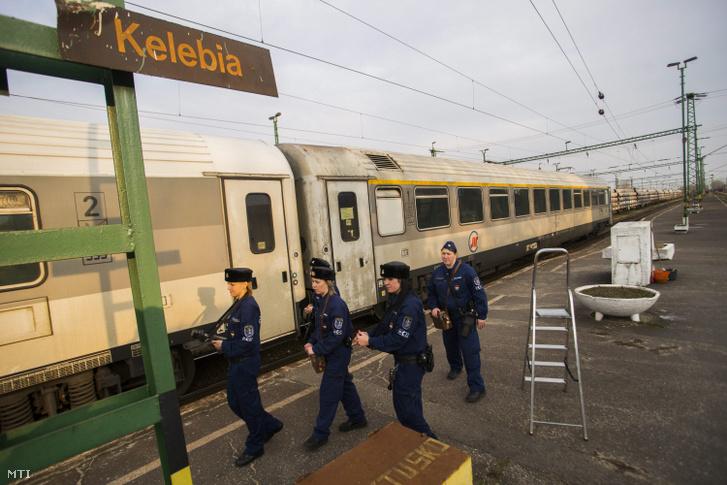 Határrendészek a kelebiai vasútállomáson 2015. március 10-én.