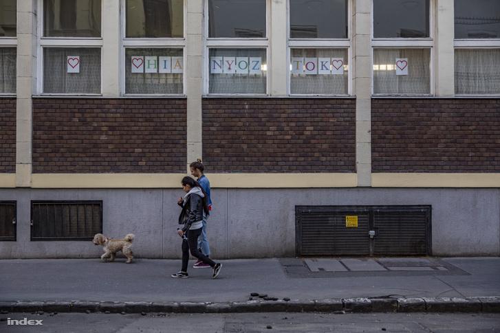 Budapesti iskola ablakai koronavírus-járvány idején 2020. április 4-én
