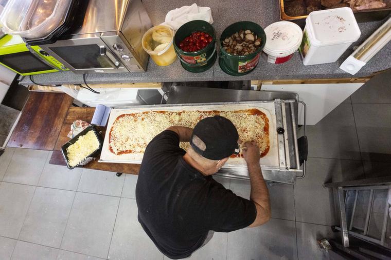Egy külön pult is van, ahol kinyújtják a hatalmas tésztát, ami tulajdonképpen tök praktikus, hiszen egy baráti összejövetelre elég egyet rendelni belőle