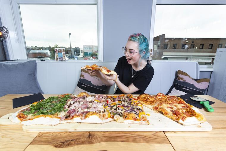 A gigantikus finomsághoz általában hat eléggé éhes felnőtt ül le, és kísérlik meg elpusztítani, de nemrég egy Adam Moran nevű versenyevő (igen, ez egy létező foglalkozás) is megpróbálkozott.