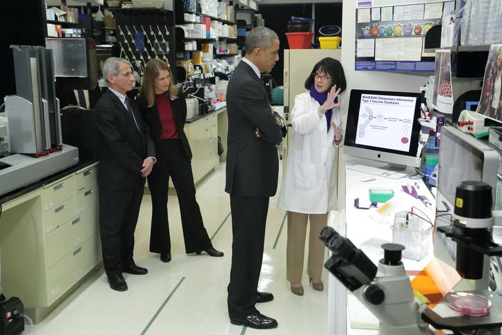 Fauci, Burwell miniszter, Obama és Sullivan biobiztonsági vezető az NIH vakcinakutató laborjában 2014-ben