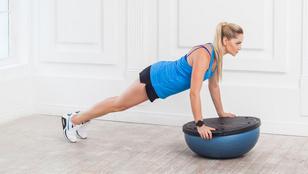 Így erősítsd egyszerre a core-t, a vállat és a farizmodat
