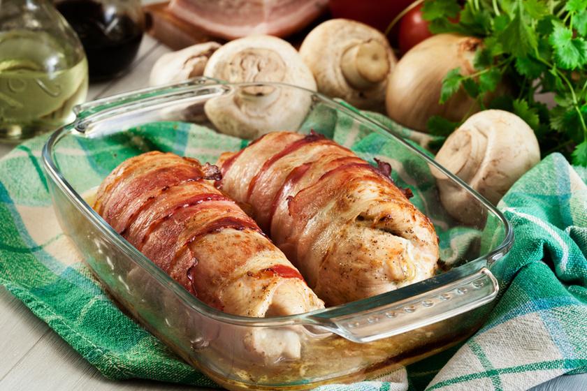 Baconbe tekert, tepsiben sült csirkemell – A hús szaftos tölteléket rejt