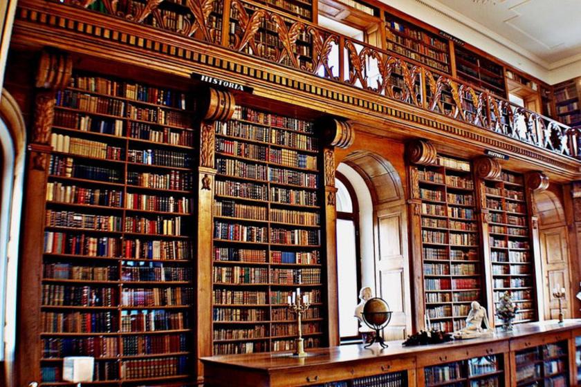 A keszthelyi Festetics-kastélyban található gyűjtemény Magyarország egyetlen épségben megmaradt főúri könyvtára. A tölgyfa polcokon álló köteteket két évszázadon át gyűjtötték a Festeticsek. Európa jelentős nyomdáinak kincsei is megtalálhatók itt, körülbelül ötszáz év tudása és művészete tárul a látogató szeme elé.