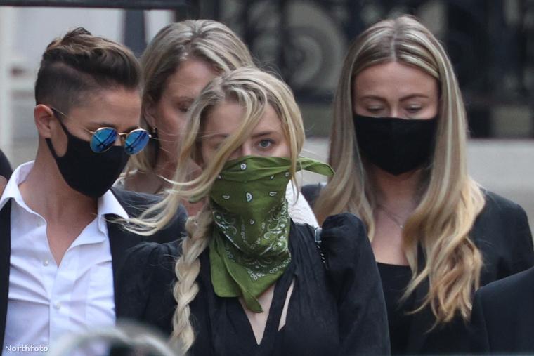 Amber Heard, illetve balszélen barátnője, Bianca Butti. Háta mögött az ügyvédje, jobbszélen a testvére, Whitney.