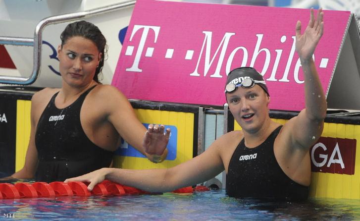 Az első helyezett magyar Hosszú Katinka célba érkezés után a 200 méteres nõi pillangóúszás döntőjében a magyarországi úszó műugró szinkronúszó és nyíltvízi Európa-bajnokságon a margitszigeti Széchy Tamás Uszodában. Balról a második helyezett magyar Jakabos Zsuzsanna.