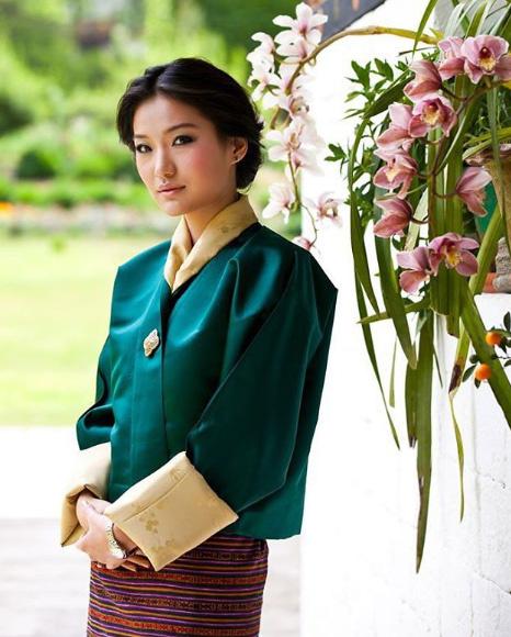 Dzsecün Pema királyné mindig tradicionális ruhákban jelenik meg a nyilvánosság előtt. Szettjei a legapróbb részletekig kidolgozottak, és egyben nagyon elegánsak is.