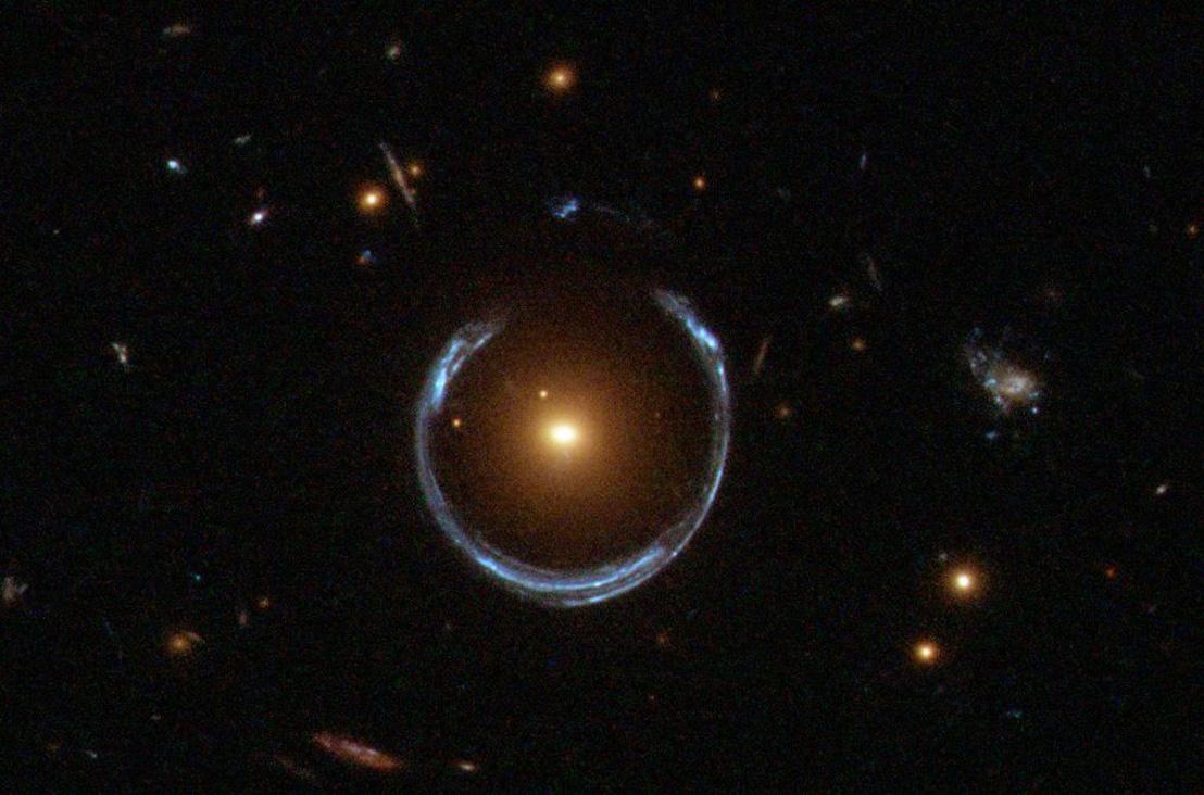 A tér egy nagy tömegű csillag által okozott elhajlítása révén létrejövő ún. gravitációs lencse a Hubble űrteleszkóp képén