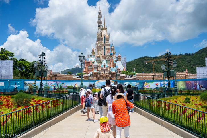 Látogatók az újranyitott hongkongi Disneylandben június közepén.